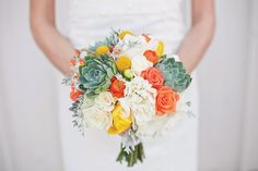 Tons alaranjados e suculentas no bouquet! Amamos a ideia.