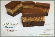 The most amazingly rich, decadent and delicious Salted Caramel Crunch Brownie. Three layers of pure awesomeness. chocolate brownie base, caramel crunch filling and chocolate ganache topping! Caramel Crunch, Caramel Fudge, Delicious Desserts, Yummy Food, No Bake Brownies, Lunch Box Recipes, Lunchbox Ideas, Square Cakes, Brownie Bar