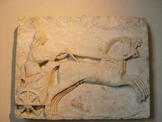 M.Ö.4 yy.a tarihlendirilen, dünya ünlüsü İskender lahdi ile Ağlayan kadınlar lahdi vardır. Büyük İskender'e ait olduğu zannedilmiş olan lahitin 4 tarafı Makedonyalılar ile Persler arasında savaş ve av sahnelerini gösteren yüksek kabartmalar ile süslenmiştir... Daha fazla bilgi ve fotoğraf için; http://www.geziyorum.net/istanbul-arkeoloji-muzesi/