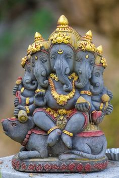 Vinayaka, Vigneshwara or Ganapathi is the lord who is looked upon as the remover… Vinayaka, Vigneshwara oder Ganapathi ist der Herr, der als Entferner von Hindernissen angesehen wird.