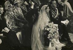Het bruiddiadeem van Juliana bestond uit oranjebloesem met diamanten rozen. De diamanten bloemebroches die nu nog vaak door Beatrix gedragen worden.