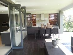 An excellent synergy between the in-door and the out-door kitchen and dinning area. Outside Living, Outdoor Living Areas, Outdoor Rooms, Outdoor Dining, Outdoor Kitchens, Home Building Design, House Design, Pergola Patio, Pergola Kits