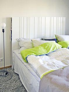 Till en visningsbostad byggde vi den här enkla sänggaveln med hjälp av tavellister från IKEA och MDF skivor som kapades till rätt mått i ...