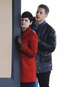 Ginnifer Goodwin & Josh Dallas Show Some PDA on the 'Once Upon a Time' Set: Photo Ginnifer Goodwin dons a long, red coat while getting into character for a few Once Upon a Time scenes on Wednesday afternoon (January in Vancouver, Canada. Abc Tv Shows, Best Tv Shows, Best Shows Ever, Snow And Charming, Prince Charming, Once Upon A Time, Dallas Show, Josh Dallas And Ginnifer Goodwin, Snow White Prince