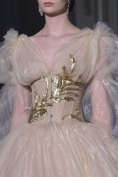 Guo Pei at Couture Fall 2017 - Details Runway Photos Style Couture, Couture Fashion, Runway Fashion, Fashion Week, Fashion Show, Fashion Tips, Indie Fashion, 90s Fashion, Fashion Ideas