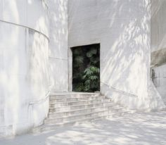 As the sun shines, we're all looking for an excuse to grow wonderful things in unlikely places, so we asked three gardening experts to give us their tips on how to get the best from an urban garden Interior Architecture, Interior And Exterior, Geometry Architecture, Minimal Architecture, Beautiful Architecture, Contemporary Architecture, Interior Design, Parasols, Luz Natural