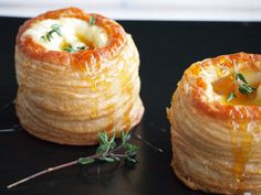 Pasty pastries with Brie Honey and Thyme Flying Foodie. Brie, Yummy Drinks, Yummy Food, Food Porn, Snack Recipes, Cooking Recipes, Xmas Food, Easy Snacks, High Tea