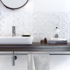 Syfon chromowany i drewniany blat to kwintesencja nowoczesnej łazienki.