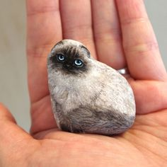 Akie Nakata paints such realistic creatures on stones that she gives a whole new meaning to the term 'pet rock.'