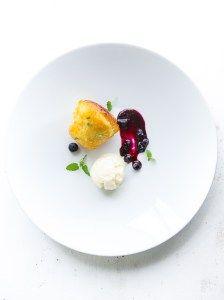 Leckerer französischer Napfkuchen, Baba, mit Honigsirup getränkt, dazu ein Ziegenkäse-Eis und ein fruchtiges Heidelbeer-Ragout. Top-Dessert!