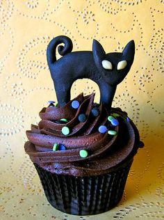 Per halloween una cupcake porta-sfortuna in total black! Ecco come si realizza questa simpatica cupcake al cioccolato con gatto nero in pasta di zucchero