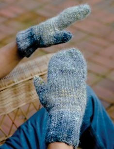 Mastering the magic loop knitting technique is easier than you think with this expert, FREE guide and free knitting patterns for circular knitting. Magic Loop Knitting, Knitting Daily, Knitting Stitches, Knitting Patterns Free, Knitting Yarn, Free Knitting, Crochet Patterns, Stitch Patterns, Mittens Pattern