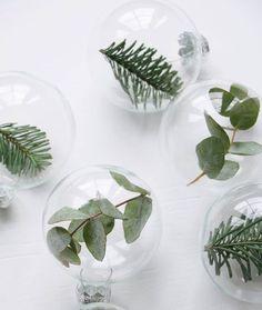 DIY Noël: 6 idées à faire avec des branches de sapin - Marie Claire Idées / boule de noel sapin
