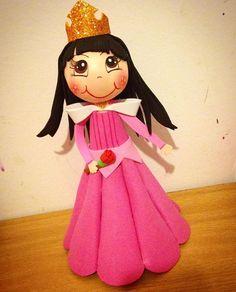 Inspirada en la princesa Aurora.👸🏻🌹 #manualidadesespaña #fofuchaspersonalizadas #regalospersonalizados #princesasdisney #princesaaurora #manualidadesdakah #manualidades #artesanato #fofuchas #amooquefaço❤ #instafofuchas #gomaeva #foamy