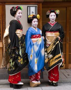 Satono and Satomi wearing sakkou hairstyle. They have never become geiko, though. Sakkou signified the ending of their careers. They officially left Miyagawacho on Friday. They are posing with maiko...