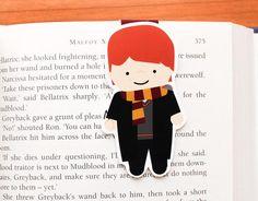 Pois então, hoje vim aqui compartilhar com você os marcadores de livro temáticos de Harry Potter que me apaixonei aqui nesse post. É tanta coisa linda que foi difícil não escolher logo tudo. Tem personagens principais, secundários, tem vilões e muito mais. Olha só que lindeza.