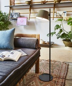 Fabien Dumas signe pour la maison espagnole Marset une ligne très ingénieuse et contemporaine, TAM TAM.En 2015, la gamme est déclinée en lampadaire à une ou...