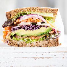 """Diese vegetarische Schlemmerei trägt den Namen """"Sandwich"""" wirklich zu Recht! Schicht für Schicht türmen sich Salat, Karotte, Avocado und Co. in die Höhe."""