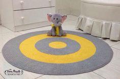 Tapete de crochê bebê Antonio - amarelo e cinza! #tapeteredondo #tapeteamareliecinza #tapetequartodebebe