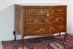 Article 366 Chest of 3 drawers shaped in the style of Louis XV of Lombardy-Venetia, quality wood of walnut, burl walnut Ferrarese, rosewood, ebony, rosewood and maple. Playing the early eighteenth century. Built and hand-carved and customizable sizes and finishes. Cm. 141x60x 99h. - Cod. Finishing: F12 ©    Visit the website: www.vangelistamobili.it