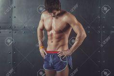 フィット運動筋肉上半身裸の若い男を見下ろすフィットネス スポーツ トレーニング フィットネス ライフ スタイル健康ボディービル コンセプトの肖像画 ロイヤリティーフリーフォト、ピクチャー、画像、ストックフォトグラフィ. Image 40300186.