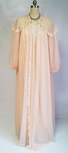 EXQUISITE VINTAGE FLUFFY INTIME LACE DOUBLE NYLON PEIGNOIR & NIGHTGOWN IN VENETIAN PEACH
