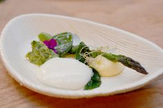 Asparagus & wild plants by Bart De Pooter, Plantes Sauvages Masterclass ( on a Premium Palm plate of Hampi)