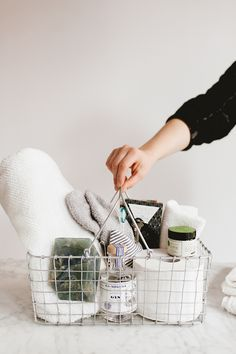 essentials for holiday houseguests - Home Professional Decoration New Home Essentials, Guest Room Essentials, Home Decor Baskets, Home Decor Kitchen, Guest Basket, Guest Room Baskets, Home Decor Sites, Sweet Home, Home Decor Mirrors