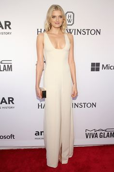 Lily Donaldson en Calvin Klein Collection La modelo Lily Donaldson en un look de vestido blanco de Calvin Klein Collection, para 2015 amfAR Inspiration Gala en Nueva York.