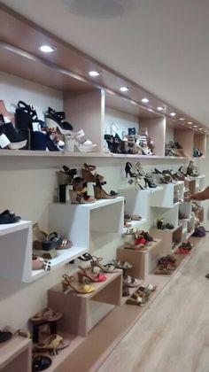 Painéis e nichos em loja de sapatos, bolsas e acessórios.