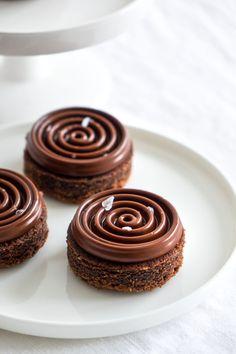 Chocolate Hazelnut Shortbread with Chocolate Ganache Small Desserts, Köstliche Desserts, Dessert Recipes, Patisserie Fine, French Patisserie, Tart Recipes, Cookie Recipes, Baking And Pastry, French Pastries