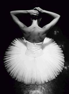 """"""" Danzare è come parlare in silenzio. E' dire molte cose , senza dire una parola..."""" ( Yuri Buenaventura )"""