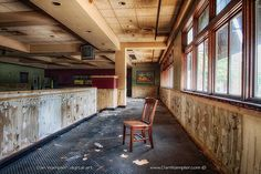 Crestwood Court: Post-Apocalyptic Portraits of the Abandoned Mall (PHOTOS) Abandoned Malls, Abandoned Buildings, Abandoned Places, Zombie Shop, Desert Places, Ghost Images, Shopping Malls, Back To School Shopping, City Aesthetic