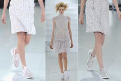 BEINA PÅ BAKKEN: Høye hæler var byttet ut med flate joggesko på Chanel-catwalken. Foto: Getty Images