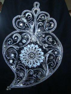 Viana do Castelo (Portuguese) filigree heart- a silver perspective 2015. Coração de viana Gold Embroidery, All Craft, Bobbin Lace, Paper Quilling, Portuguese, Zentangle, Tatoos, Tatting, Jewelery
