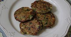 Faça hamburguers com cerca de um dedo e meio de altura com a ajuda de um aro de cozinha. Junte a mistura de legumes à quinoa, assim como o atum escorrido, a farinha, a salsa e a malagueta picada e sem sementes