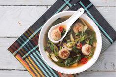 La zuppa con polpette di maiale e zenzero è un comfort food di ispirazione orientale dal gusto intenso, con una nota balsamica data dal lemon grass.