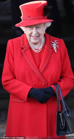 Queen attends Christmas Day church service in Sandringham as Prince Philip stays back on estate Elizabeth Queen Of England, Queen Elizabeth Ii, Royal Monarchy, British Monarchy, Hm The Queen, Royal Queen, English Royal Family, Royal Christmas, Princess Beatrice