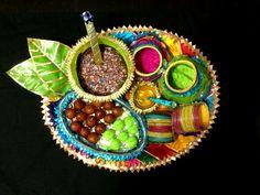 Mehndi rasam plate idea More Pakistani Mehndi Decor, Mehendi, Pakistan Bride, Thali Decoration Ideas, Wedding Ceremony Decorations, Wedding Ideas, Wedding Venues, Wedding Photos, Mehndi Party