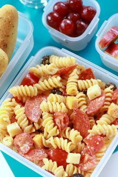Pizza Pasta Salad Say goodbye to tired old sandwiches when you meal prep creative school lunches instead. This Supreme Pizza Pasta Salad is a kid-friendly meal that takes only 20 minutes to make. Salad Lunch Box, Pasta Lunch, Pizza Pasta Salads, Kid Pasta Salad, Lunch Snacks, Healthy Snacks, Creative School Lunches, Cold School Lunches, Kids Pasta