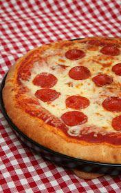 Pullahiiren leivontanurkka: Pepperoni pan pizza / pannupizza Pepperoni, Mozzarella, Food And Drink, Pizza, Favorite Recipes, Baking, Label, Drinks, Drinking