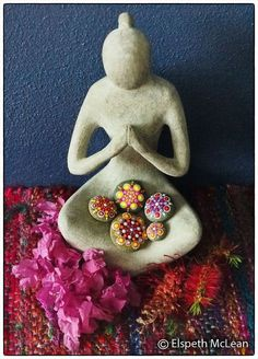 Beautiful collection of mandala stones. Also, love the Goddesss/offering bowl Beautiful collection o Wicca, Pagan, Clay Crafts, Arts And Crafts, Deco Zen, Keramik Design, Pebble Art, Stone Art, Stone Painting