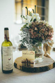 rustic centerpiece and a wine bottle as wedding menu http://weddingwonderland.it/2016/04/matrimonio-a-tema-vino-e-uva.html
