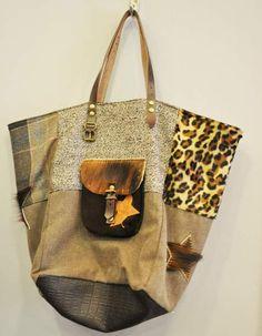 Ce sac signé Pomponette est un modèle unique, comme tous les sacs de la marque. Ce modèle aux teintes marron offre un patchwork de cuir, de cuir imprimé léopard et de tissus. Venez découvrir nos modèles sélectionnés de sacs [...]