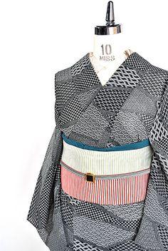 江戸小紋を思わせる細やかな文様が切嵌のように組み合わせられた化繊絽の夏着物です。