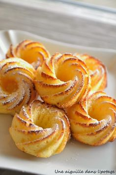Petits moelleux au citron soft lemon cake 4 eggs 80 g butter 130 g sugar 120 g flour 1 unprocessed lemon sachet of baking powder Icing sugar (optional) Desserts With Biscuits, Mini Desserts, French Desserts, Mini Cakes, Cupcake Cakes, Cookie Recipes, Dessert Recipes, Pastry Recipes, French Pastries
