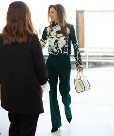 Koningin Rania bezocht Al Karma Kitchen in Jabal Al Nasr Stylish Work Outfits, Dressy Outfits, Short Outfits, Stylish Outfits, Fashion Outfits, Fashion Clothes, Indian Fashion Modern, Jordan Royal Family, Royal Clothing