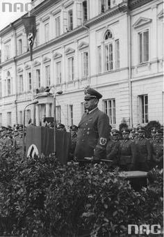 Gubernator dystryktu lubelskiego Ernst Zorner wygłasza przemówienie na placu Adolfa Hitlera (obecnie pl. Litewski) w Lublinie z okazji pierwszej rocznicy wybuchu II wojny światowej. W tle widoczny gmach dowództwa korpusu Wehrmachtu.