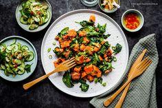 Das Rezept für ein frisches Essen voller Aroma: Süßkartoffeln werden mit Sesam und Spinat gebraten & mit Asia-Gurkensalat serviert. Vegan und so lecker!
