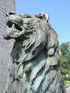 Imposant! Monument aux morts à Rocroi dans les Ardennes françaises